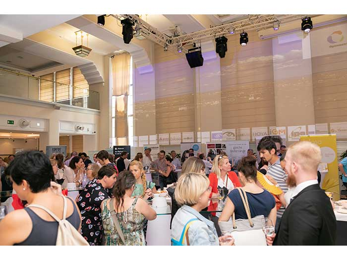 OHI-UPDATE-2019-04-Festsaal-Aussteller-53-Besucher