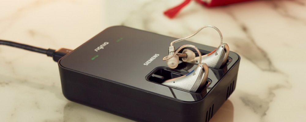 Sivantos präsentiert das erste induktiv aufladbare Hörgerät mit Lithium-Ionen Akku